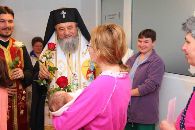 Înaltpreasfinţitul Laurenţiu, Arhiepiscopul Sibiului şi Mitropolitul Ardealului a vizitat Maternitatea SCJU Sibiu de Ziua Internaţională a Femeii
