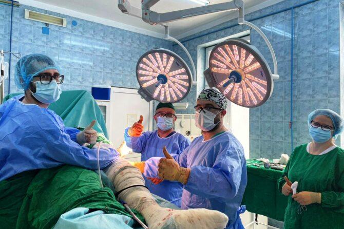 """""""Lumină în Blocul Operator Ortopedie"""" Două săli de operație din Blocul Operator Ortopedie au fost dotate cu lămpi scialitice grație unei sponsorizări private"""